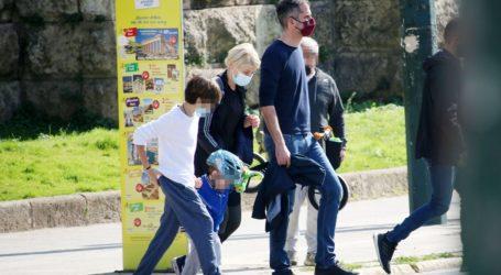 Κώστας Μπακογιάννης & Σία Κοσιώνη: Βόλτα στο κέντρο της πόλης με τα παιδιά τους