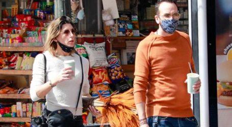 Πάνος Μουζουράκης – Τζίνα Βαρελά: Βόλτα στο κέντρο της πόλης για το ερωτευμένο ζευγάρι