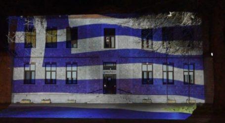 Το πρώην δημαρχείο Αμπελώνα φωταγωγήθηκε στα γαλανόλευκα – Δείτε βίντεο