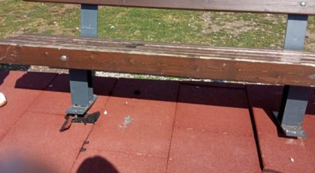 Παγκάκι «παγίδα» σε πολυσύχναστο πάρκο στη Λάρισα αποτελεί μεγάλο κίνδυνο για τα παιδιά (φωτο)