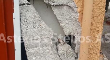 Σεισμός: Δείτε το σπίτι που βρίσκεται ακριβώς πάνω απ' το ρήγμα στο Δαμάσι – Ο γιος της οικογένειας έπεσε από την σκεπή (βίντεο)