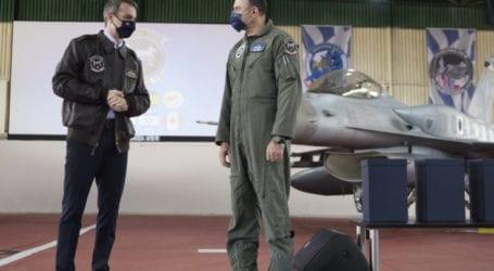 Το δώρο που έκανε ο Ελασσονίτης Αρχηγός της Πολεμικής Αεροπορίας στον Πρωθυπουργό τον ενθουσίασε – Δεν το αποχωριζόταν ο Κ. Μητσοτάκης (φωτο)