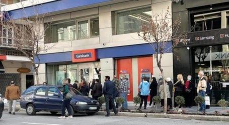 «Γολγοθάς» Βολιωτών έξω από τις τράπεζες – Ουρές, εκνευρισμός και καβγάδες