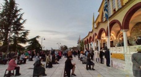 Πρωτόγνωρες εικόνες: Πλήθος Λαρισαίων έξω από τις εκκλησίες – Με μάσκες και αποστάσεις στην Ακολουθία των Αγίων Παθών