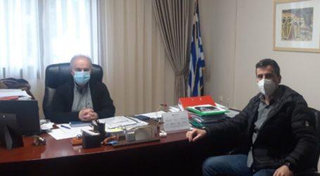 Το δήμαρχο Τεμπών επισκέφθηκε ο περιφερειακός σύμβουλος Πέτρος Τσακνάκης