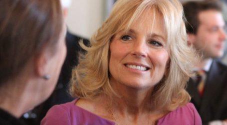 ΗΠΑ:Πρωταπριλιάτικο ψέμα με την Πρώτη Κυρία να σερβίρει παγωτά μεταμφιεσμένη σε αεροσυνοδό