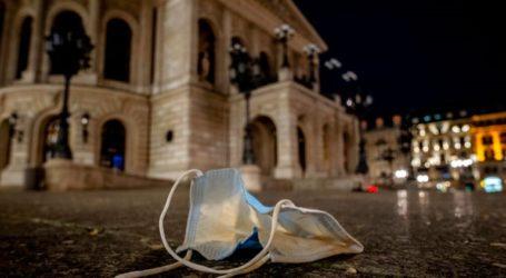 Μια καρδιά από κεριά για τα θύματα του κορωνοϊού