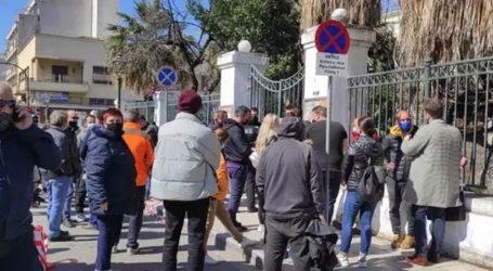 Οργή έξω από τα δικαστήρια – Προπηλάκισαν τον 32χρονο φονιά
