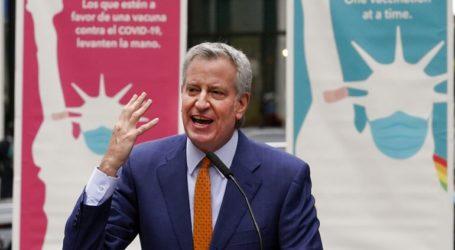 Ο δήμαρχος της Νέας Υόρκης και ο Λιν Μάνουελ Μιράντα εγκαινίασαν κέντρο εμβολιασμού