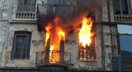 Μεγάλη πυρκαγιά σε εγκαταλελειμμένο σπίτι στον Πειραιά