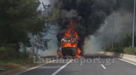 Στις φλόγες νταλίκα στην Ε.Ο. Λαμίας