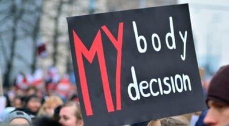 Το Συνταγματικό Δικαστήριο αποποινικοποίησε την άμβλωση σε περίπτωση βιασμού