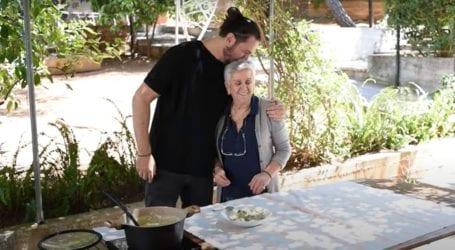 Ο Δημήτρης Μακρυνιώτης και η μαμά του Γιώργου Μαζωνάκη μας φτιάχνουν παραδοσιακή μαγειρίτσα!