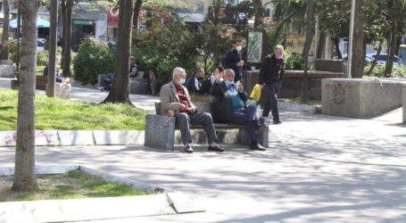 Τον καφέ τους απολαμβάνουν οι Λαρισαίοι στις πλατείες της πόλης με σύμμαχο την καλοκαιρία (φώτο)