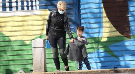 Σία Κοσιώνη: Πρωινή βόλτα με τον γιο της στο κέντρο της Αθήνας