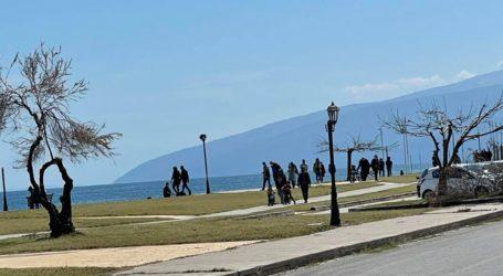 """Συρρέουν στα παράλια οι Λαρισαίοι – """"Ουρές"""" στον δρόμο προς Αγιόκαμπο  (φωτο)"""