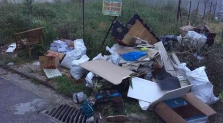 Μπάζα και σκουπίδια «στολίζουν» πεζοδρόμιο στη Νεράιδα – Αγανακτισμένοι οι κάτοικοι της γειτονιάς