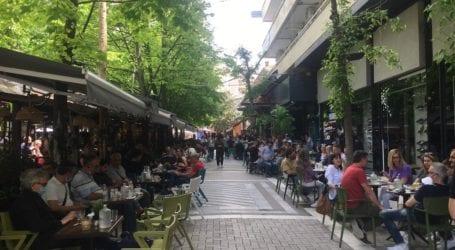«Μάχη» για τραπεζάκι στις κεντρικές καφετέριες της Λάρισας – Δείτε φωτογραφίες