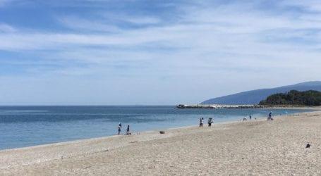 """Ατρόμητοι Λαρισαίοι για μπάνιο στον Αγιόκαμπο και τις καθημερινές, με θάλασσα """"πισίνα""""– Ζωντανεύουν τα παράλια (φωτο)"""