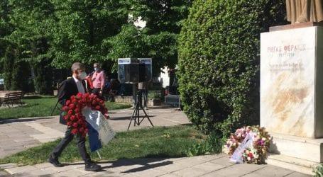 Κατέθεσαν στεφάνια στην πλατεία Ρήγα Φεραίου στη Λάρισα τιμώντας την Εργατική Πρωτομαγιά (φωτο)