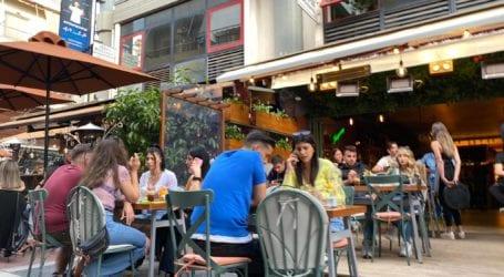 Εμβόλιο: Προνόμια σε εστιατόρια, κινηματογράφους και καφετέριες; – Τα σενάρια που εξετάζει η κυβέρνηση