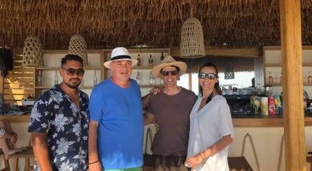 Χαμός στη Σκιάθο με τον Σάκη Ρουβά – Επισκέφθηκε το La Isla της οικογένειας Μπέου [εικόνες]