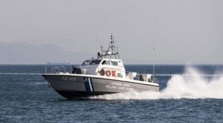 Θαλαμηγό σκάφος με 170 μετανάστες ρυμουλκείται στο λιμάνι της Καλαμάτας