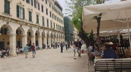 «Ζωντάνεψε» η πλατεία Σπιανάδα με το άνοιγμα της εστίασης