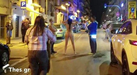 Γυναίκα έβγαλε τα ρούχα της και βγήκε σε κεντρικό δρόμο