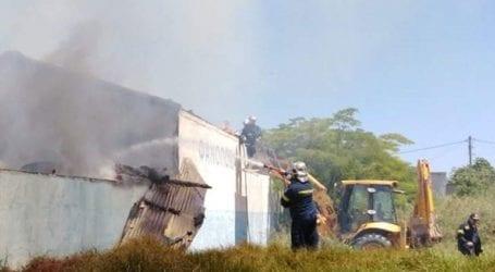 Σοβαρές καταστροφές υπέστη το ξυλουργείο που παραδόθηκε στις φλόγες στο Ηράκλειο