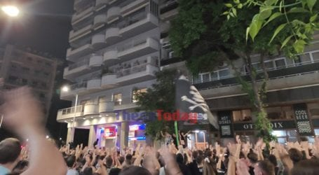 Ζευγάρι ηλικιωμένων πανηγύρισε μαζί με τους οπαδούς για τη νίκη του ΠΑΟΚ