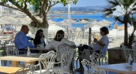 Το χαλαρό καφεδάκι της Ντόρας Μπακογιάννη στα Χανιά