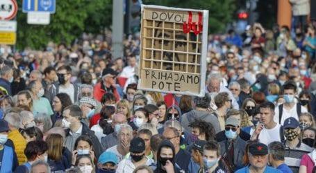 Χιλιάδες διαδηλωτές ζητούν την παραίτηση του πρωθυπουργού