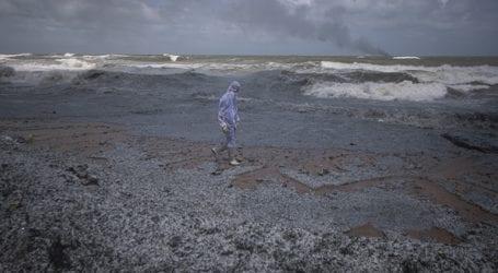 Οι παραλίες της Σρι Λάνκας απειλούνται από τόνους πλαστικού μετά τη φωτιά σε πλοίο