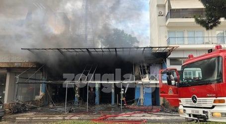 Φωτιά στην Αργυρούπολη – Κάηκε ολοσχερώς κατάστημα με ρούχα