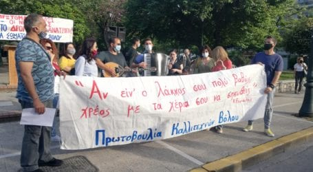 Μουσικό δρώμενο την ώρα της απεργίας στον Βόλο από την Πρωτοβουλία Καλλιτεχνών