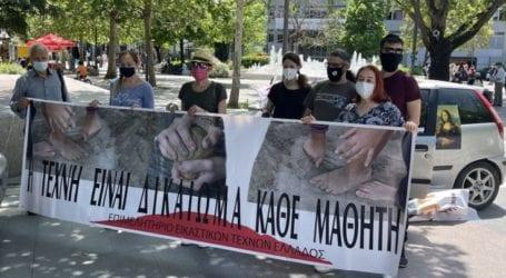 Μηχανοκίνητη διαμαρτυρία από Λαρισαίους εικαστικούς στο κέντρο της πόλης (φωτό – βίντεο)