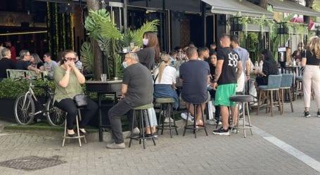 Σφύζει από ζωή το κέντρο της Λάρισας το μεσημέρι του Σαββάτου – Όρθιοι στην αναμονή για ένα τραπεζάκι στα καφέ οι Λαρισαίοι (φωτό)