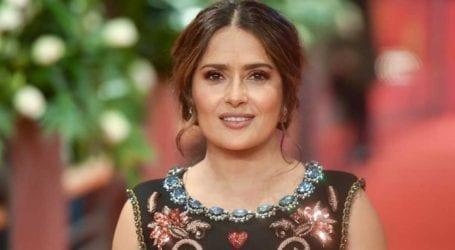 Salma Hayek: «Κόντεψα να πεθάνω από κορωνοϊό»