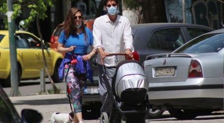 Ορφέας Αυγουστίδης: Βόλτα στο κέντρο της Αθήνας με την σύντροφο του και το νεογέννητο μωρό τους