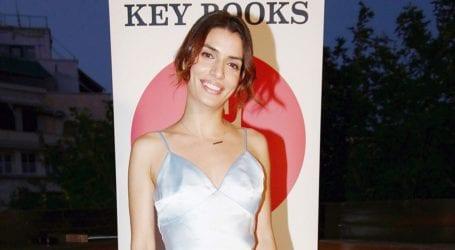 H Τόνια Σωτηροπούλου πώς να συνδυάσετε το slip dress σας με sneakers
