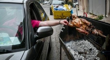 Πάσχα στην Αθήνα με σούβλες σε μπαλκόνια, αυλές και πεζοδρόμια