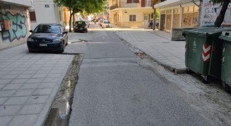 Και μη χειρότερα στην Γεωργίου Αβέρωφ στη Λάρισα: Γυναίκα έσπασε το χέρι της πέφτοντας στο… χαντάκι του δρόμου! (φωτό)