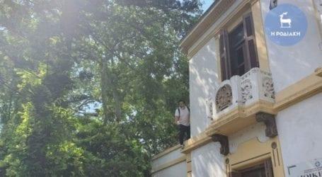 Καταστηματάρχης απειλούσε να πέσει από τον 1ο όροφο του Πρωτοδικείου Ρόδου