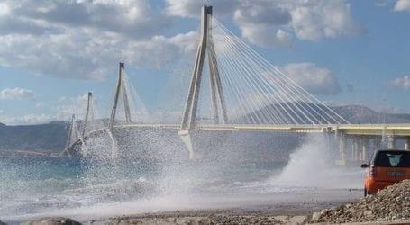 Ισχυροί άνεμοι δημιούργησαν μια εντυπωσιακή εικόνα στη γέφυρα του Ρίου