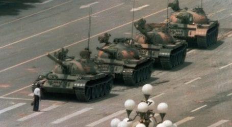 Εξαφανίστηκε από την Bing η ιστορική φωτογραφία του διαδηλωτή απέναντι στο τανκ