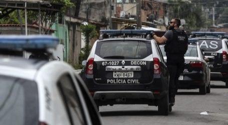 Λεωφορεία και περιπολικά πυρπολήθηκαν στη Μαναούς, σε αντίποινα για τον θάνατο ενός εμπόρου ναρκωτικών