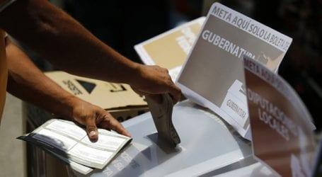 Ένας άνδρας πέταξε ένα κομμένο κεφάλι σε εκλογικό τμήμα