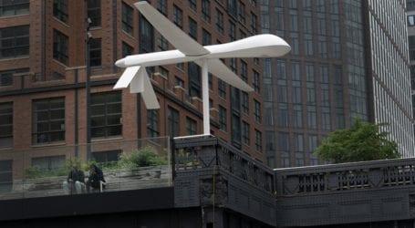 Γιγαντιαίο λευκό γλυπτό που αναπαριστά UAV στο κέντρο της Νέας Υόρκης