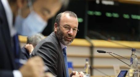 Η ΕΕ μπορεί να είναι επικριτική απέναντι σε Βρετανούς και Αμερικανούς στο θέμα των εμβολίων